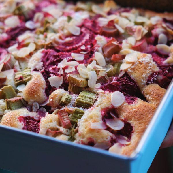 Rebarborovo – jahodový šľahačkový koláč